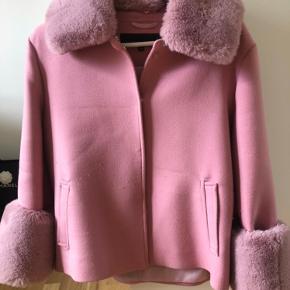 Meotine jakke i lyserød i fin stand. Der er lidt fnuller hist og her, men det ville sagtens kunne fjernes. Sælger da jeg ikke får den brug. Byd❤️
