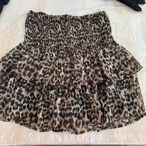Sisters point nederdel i leopard. Str m. Med elastik i talje så kan også bruges hvis man er en str large.