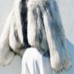 Super lækker saks Potts pels , købt hos Normann på Strøget. Brugt få gange - derfor sat som aldrig brugt. Der er ingen fejl og mangler. Pelsen er one size. Original stofpose medfølger.  Nypris : 6.500 BYTTER IKKE !!!!!!  Prisen er fast og bud under ignoreres !!!!!
