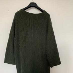Har denne skønne grønne sweater som jeg desværre ikke får brugt. Kan ikke rigtig læse mig frem til en størrelse, men på mærket nede i bunden af den står der et S så går ud fra det er small, men ville mene det nok var en medium da den er oversized. Mp 175,- inkl. Fragt