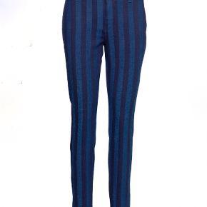 Stribede jeans fra Mos Mosh i str. 27. Bukserne er brugt få gange og fejler intet.   Nyprisen var 1000 kr.   Sælges for 350 kr. plus fragt.