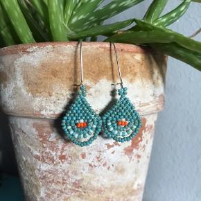 Corona-kreationer 🌱✨  De måler mellem ca 4-7 cm.  Få par er lavet af grønlandske perler og resten er af japanske miyuki  perler.   1 par 60 kr., 2 par for 100 kr.   #fringe #beaded #wovenearrings #håndlavet #miyuki