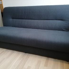 Der er plads til opbevaring under sengen. Kan også bruges som sofa.  Mål: 200*120 cm