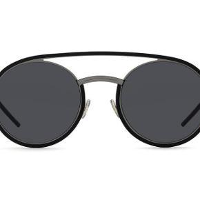 Brand: Dior Varetype: Dior Solbriller Størrelse: One Size Farve: Sort Oprindelig købspris: 3.700 kr. Kvittering haves. Skal afhentes i København K  Super cool solbriller fra Dior. Model: DiorSynthesis 01. Gråt metal stel med runde sorte linser. Japansk letvægts titanium i sort og mørkegrå. Fremstår i perfekt stand.  Kvittering samt etui med pudseklud medfølger. Nypris 3.700kr Sælges for 1.500kr