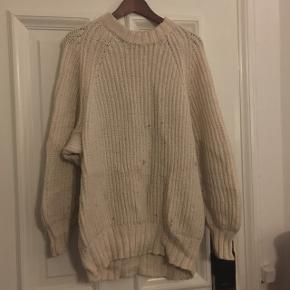 freethick and big sweater without any tags, i think it XL has some stains i think washable but i'm not able to check it therefore it's gratis