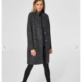 Frakke fra Selected, dejlig varm med 40% uld og trykknapper.  Nypris; 1399,95kr.  Jakken er brugt få gange, da stilen ikke er mig alligevel.  Fragt er på købers regning.