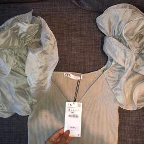 Festlig trøje fra Zara i str. S, aldrig blevet brugt og stadig med prismærke. Bud er velkomne 😁