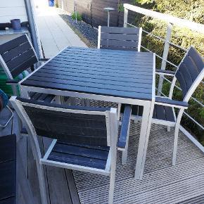 Havebord 90x90, 2 stole, alu og kunsttræ, afhentes i Sjelborg.
