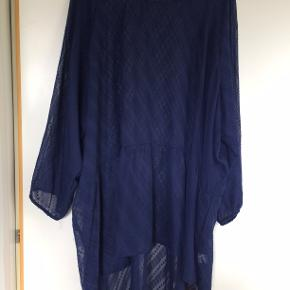 Sød mørkeblå tunika i polyester. bm 80 x 2 og læ 88 cm.