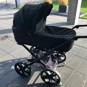 Barnevogn købt i babysam 2013, med x-Dream stel og punkterfrie hjul. Brugt til 2 børn derhjemme, har altid stået inde og har aldrig været med i institution. Fra røg og dyrefrit hjem.   Følgende medfølger:  Odder regnslag, myggenet, 2 barnevognsseler. Ryglæn  Barnevognsparasol  2 Lagner Dunlopillo madras  Selve kassen er ombyttet i 2015 og er derfor ikke så gammel