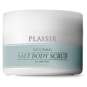 """Hudpleje, Body scrub, Plaisir  Helt ny og ubrugt i ubrudt emballage. Beskrivelse: """"Plaisir Smoothing Salt Body Scrub til alle hudtyper er en skøn scrub, der effektivt eksfolierer huden og efterlader den silkeblød.  Bodyscrubben er den perfekte kickstart til hud, der føles tør, træt eller ru. Jojoba- og saltkorn fjerner nænsomt det yderste lag døde hudceller, så din hud vil få en smuk glød og silkeblød overflade. En god omgang selvforkælelse i badet, som din hud vil takke dig for.  Plaisir Smoothing Salt Body Scrub indeholder jojoba- og saltkorn, der fjerner de døde hudceller. En lækker og rig shorea butter efterlader huden silkeblød. Ingrediensen tocopherol (e-vitamin), som er en antioxidant, går ind og beskytter huden effektivt.  Anvendelse Brug scrubben 2-3 gange om ugen på tør eller let fugtet hud i badet. Massér nænsomt med cirkulerende bevægelser og skyl efter med vand.  Produktspecifikationer  Jojoba- og saltkorn fjerner de døde hudceller Shorea butter blødgør huden Tocopherol (e-vitamin) beskytter Uden farvestoffer"""" Nypris hos Matas: 99,95 kr. Eventuel fragt lægges oveni: 38 med DAO til nærmeste posthus/butik. Jeg sælger den for 40. Fast pris."""