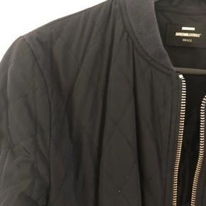 Fed quilted jakke fra Dr Denim.   Har brugstegn.