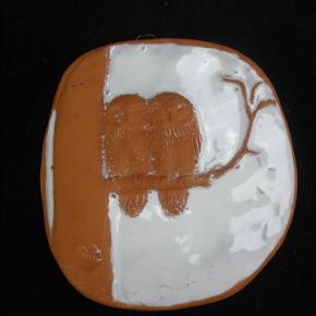 Brand: Ulla Lønov Varetype: Lille Relief Med Ugler Størrelse: 12.5 x 11.5 Farve: Diverse  Skønt lille relief i keramik fra Ulla Lønov.  Relieffet måler 12,5 x 11,5 cm.  Fin stand, se billederne.  Kan sendes for 40 kroner.  Ingen byttehandel tak.