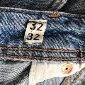 Mærke:  Jack & Jones Model: Ripped Jeans Størrelse: 32/32 Pris: 300/BYD! Nypris: 600 Kvalitet: Næsten som ny.