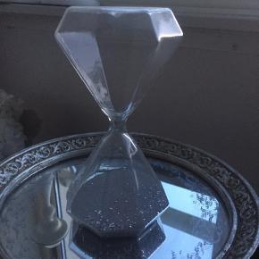 Diamantformet timeglas, med grå sand og glimmer i
