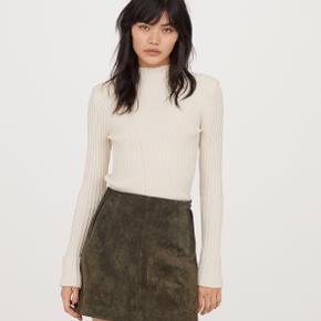 Smuk ruskindsnederdel i str.40 fra H&M, nederdelen er prøvet på, men aldrig brugt.  Nypris 600,-  Respekter venligst at jeg ikke bytter og køber betaler porto samt gebyr ved tspay (både sælger og købers gebyr).