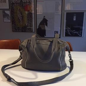 Model Paris Velholdt grå taske / skuldertaske / shopper / skoletaske / crossbody i blødt skind, et stort rum med lynlås, flere mindre rum indvendig Måler 30x35x17 cm  Perfekt til en laptop Det er kun ved at nærstudere bunden at man kan se at den har været brugt Farven ses bedst billede 2 Np 1799,-
