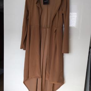 Lækker lang jakke i dejlig blødt stof 😊 sender med dao for 38 kr 😊