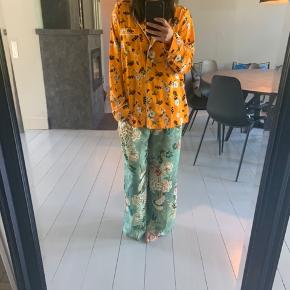 Skjorte 300kr Bukser 300kr