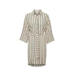 Rigtig lækker kjole eller stor skjorte (evt. kimono). Brugt 2 gange og vasket 1 enkelt. Handler via TS og sender med DAO Prisen er fast og bytter ikke.