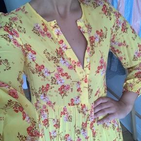 Smuk lang kjole fra ZARA, købt i Thailand, str S, brugt få gange. Bytter ikke og sender på købers regning