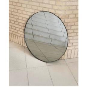 Helt nyt spejl sælges fra AYTM. Circum spejl sort Ø 70 nypris 1399 SÆLGES FOR 950kr