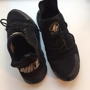 Nike Huarache købt i Støy Aarhus. Skoene er brugt og har nogle brugstegn, se bl.a. lille hul i skoens yderste net på billederne. Ellers er de i super fin stand. OBS skoene er en str. 40, men svarer nærmere til en 38,5-39.  Se også mine andre annoncer