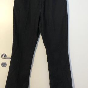Egentlig er bukserne en str 32/34, men de passer mig fint i taljen (er normalt str 28). Bukserne er alt for lange til mig, hvilket er grunden til, at jeg sælger dem