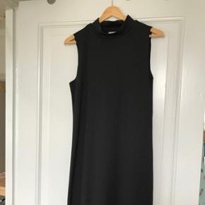 Selected femme - str. Xs Basic kjole - brugt én gang, har aldrig været vasket. Den er helt som ny.  Sælges da jeg ikke for den brugt.  Kan prøves/afhentes på Nørrebro, Kbh.  Ved forsendelse betaler modtager porto. Spørg for mere info.