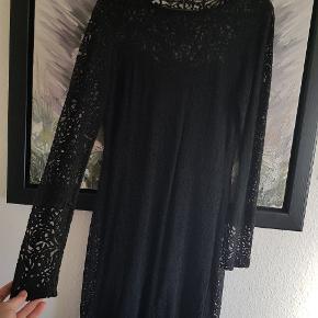 Super fin klassisk sort kjole med smukt mønstret overkjole. Aldrig brugt. Sælges fordi den er for lille. Nypris 600. Str S men den er meget stor i str, vil sige den passer en M. Byd.  Perfekt til jul og nytår.