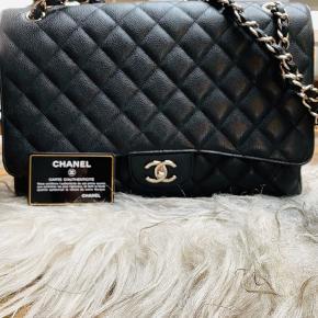 Chanel sort caviar maxi task næsten som ny med sølv hardware.  33 x 22 x 10. Mere billeder kan ses nedenunder. Kommes med auth kort.  Serie nr 14xxxxxx  🌸