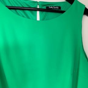 Flotteste kjole i smuk grøn farve  Kjolen er 46 men svarer nærmere til en 44  Sælger for en anden