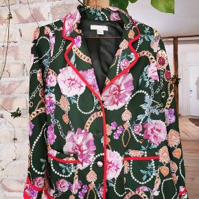 H&M cardigan / blazer jakke med fint print og knapper foran.    Str. 36.  Stand: Næsten som ny. Brugt få gange.  Ny-pris: Husker ikke præcist, men mener ca. 600kr.  Pris: 200kr.  Skal hentes på Nørrebro ellers kommer forsendelse oveni.