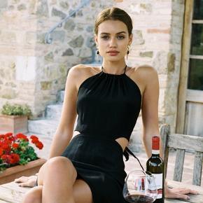 With Jean Gia kjole i sort med halter neck og åben ryg Lille i størrelsen Aldrig brugt Jeg bytter ikke