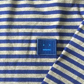 Acne langærmet Tee ... blå og grå stribet ... Fuldstændig som ny - brugt få gange ... Nypris 1200,- Fast pris og ingen byt tak 😊