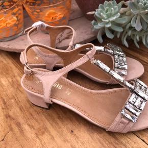 Sandalerne er lavet i ruskind - helt nye. Af mærket Golden Gold