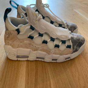 Nike Sneakers, Aldrig brugt. Høje Taastrup - Nike Uptempo Money Str. 37,5 Brugt et par gange. Ekstra frontstykker, som kan skiftes. 350 kr. Ellers er bud velkommen.. Nike Sneakers, Høje Taastrup. Aldrig brugt, Er måske blevet prøvet på men aldrig brugt. Ren men ikke vasket. Ingen mærker eller skader