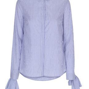 Super lækker skjorte med fine detaljer ved ærme. Man kan enten binde en sløjfe eller binde båndet rundt om ærmet.  Materiale: 100% bomuld.  Nypris 1500kr.  #30dayssellout.