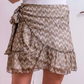 Smuk nederdel fra Neo Noir ☀️ Aldrig brugt, stadig prismærke på, nypris 400,-  Sælges til fornuftig pris 🌼 Str M kan også passe denne.  Bytter ikke*