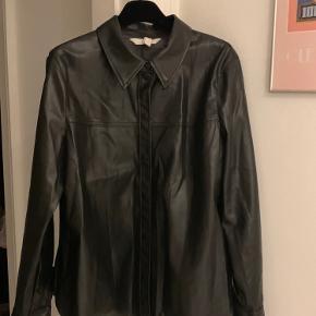 PU læder skjorte, købt i str. XL for oversize look. Er selv en S-M