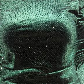 Pæn grøn bluse med glimmer og nedringet ryg. Brugt én gang. Str. S-M  Byd endelig. Alt skal væk, da jeg ikke er god til at bruge det, så der er ingen dårlige bud. Sælges meget billigt!!  Sender gerne 🌸