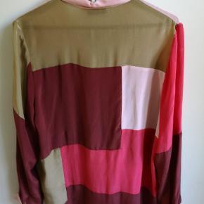 2nd day silke skjorte. Oversize i modellen (str 38), så kan passes af str. 38-42. Flotte farver og helt ny med tags.