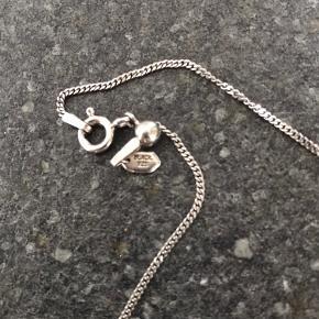 Maria Black kæde med vedhæng. Sterling 925. Længde på kæde kan justeres.