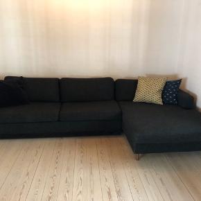 Super komfortabel og dejlig sofa. Den er købt i 2016 men fremstår i rigtig god stand. Den kan slåes ud til dobbeltseng.  Måler 293 cm :-)