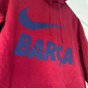 Super fed bordeaux-farvet nike-hoodie med blåt Barca-tryk på fronten.