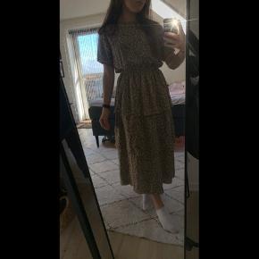 Rigtig fin og helt ny kjole fra byic! Sælges udelukkende fordi modellen ikke lige var mig. Kan ikke sende retur, da mærket er faldet af, men den er helt ubrugt. ✨