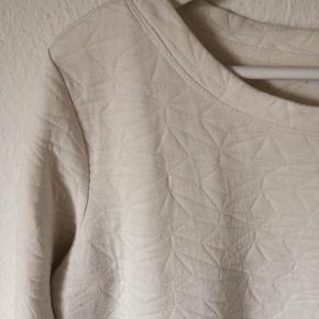 Jacqueline de yong - bluse sweater Str. L Næsten som ny Farve: hvid Lavet af: 84% polyester og 16% viscose Mål: Brystvidde: 114 cm hele vejen rundt Længde: 65 cm Køber betaler porto!  >ER ÅBEN FOR BUD<  •Se også mine andre annoncer•  BYTTER IKKE!