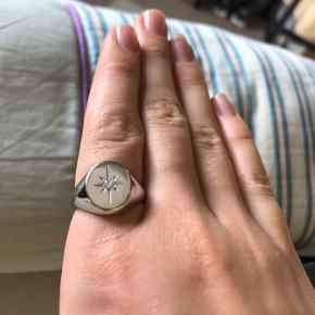 Sælger denne mega fine ring fra id fine, den er sølvbelagt og er aldrig brugt før! Æske medfølger:) byd gerne! Ny prisen 699kr  Str 56:))