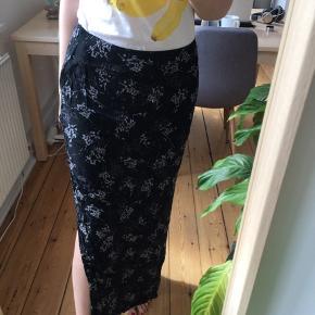 Lang let nederdel fra ESPRIT. Slidt, men er fin overall 🌚