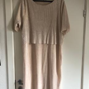 Fin kjole med guldskær. Kun brugt en gang. Ny pris 800 kr. Køber betaler fragt